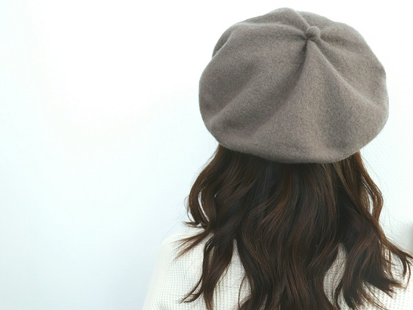 グレージュのベレー帽