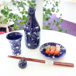 皿と箸と箸置きとお酒
